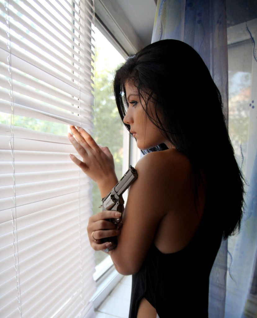 girl-pistol-crime-window-160443